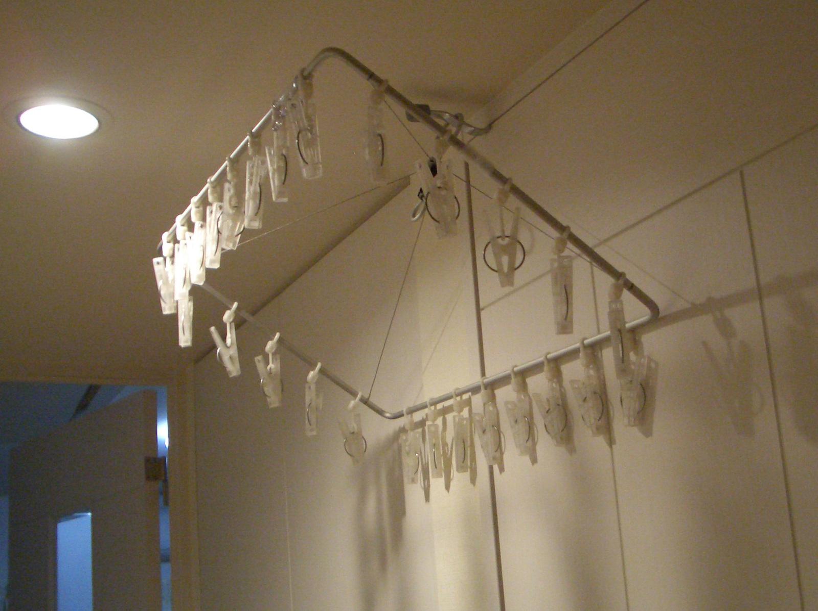 無印の角ハンガー・シャツハンガーが斜め↑になって洗濯物が干しにくかったけど、これを買ったおかげで、今は室内のいろいろな場所が、ランドリースペースに変身!